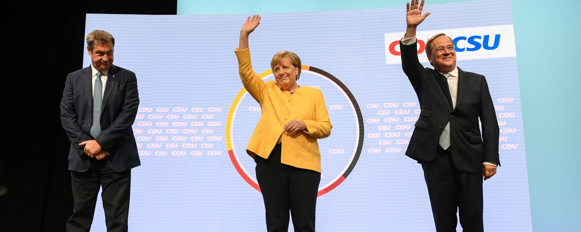 Глава партии ХСС Маркус Зёдер, канцлер Германии Ангела Меркель, и кандидат на место канцлера от партии ХДС / ХСС Армин Лашет выступают вместе в Берлине, Германия - Sputnik Таджикистан, 1920, 18.09.2021