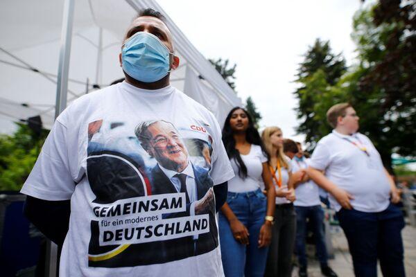 Сторонники Армина Лашета собираются на предвыборный митинг в саду в Коршенброхе. - Sputnik Таджикистан