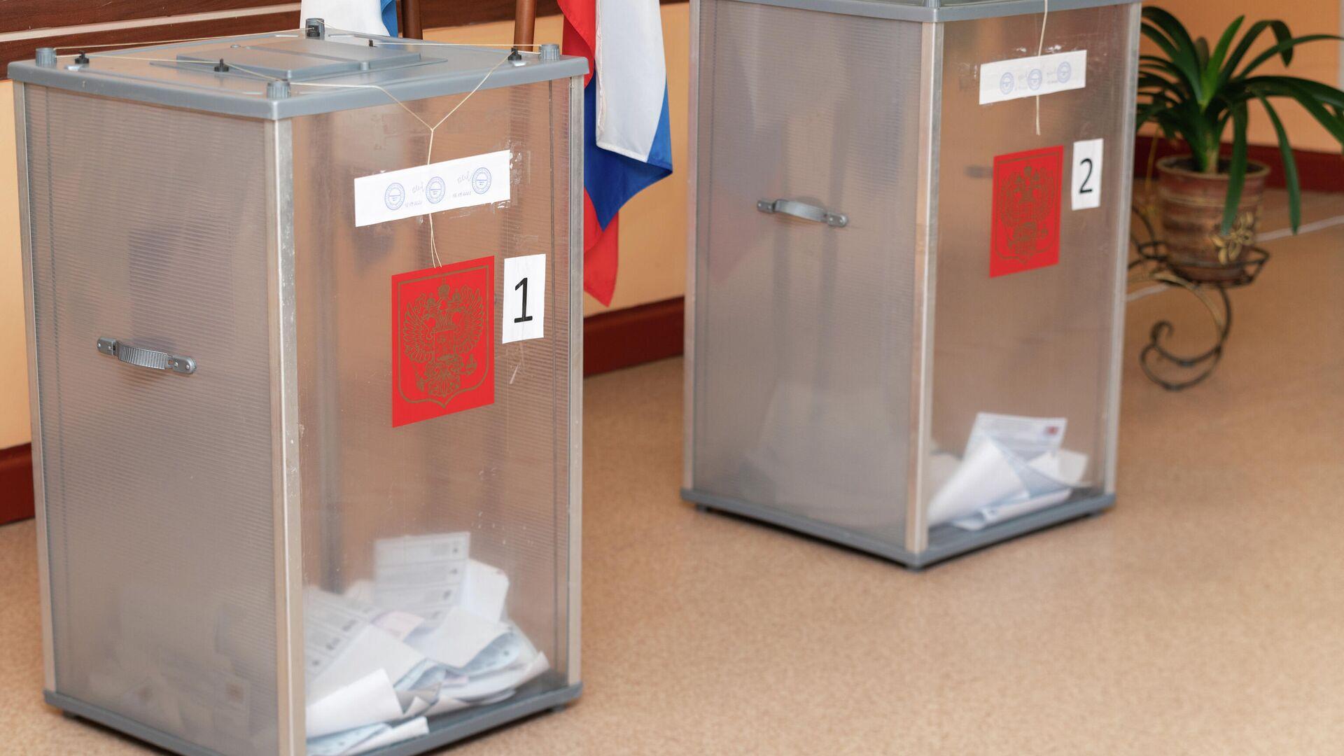 Урны для голосования на избирательном участке - Sputnik Таджикистан, 1920, 19.09.2021