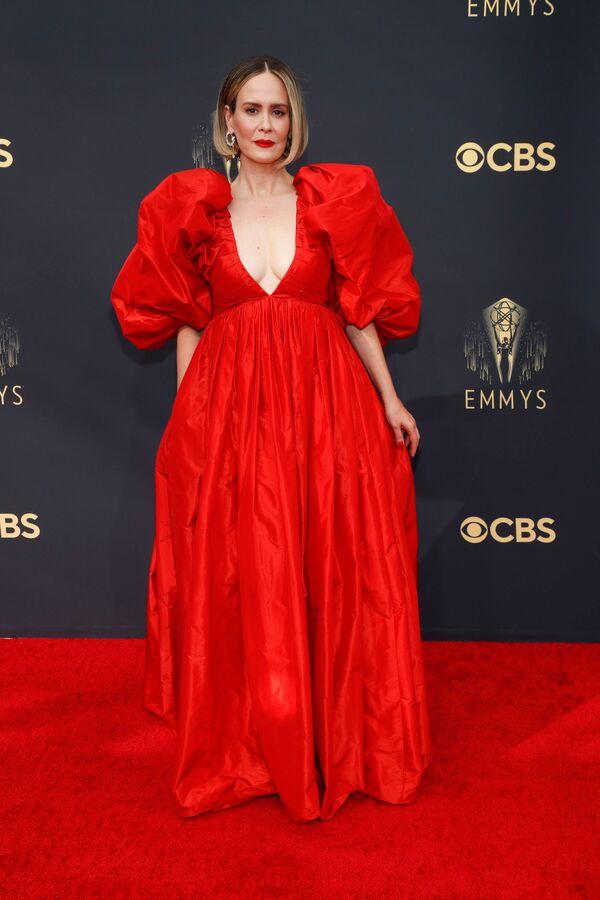 А вот пышное красное платье Сары Полсон, как отмечают журналисты,  практически сливалось с ковровой дорожкой. - Sputnik Таджикистан