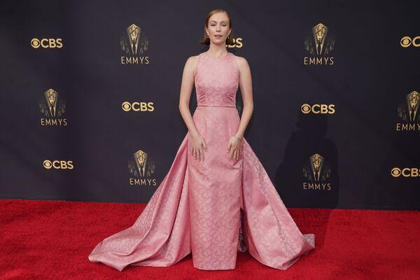 Американский комик Ханна Эйнбиндер вышла на публику в классическом розовом платье, которое открывало только руки. - Sputnik Таджикистан