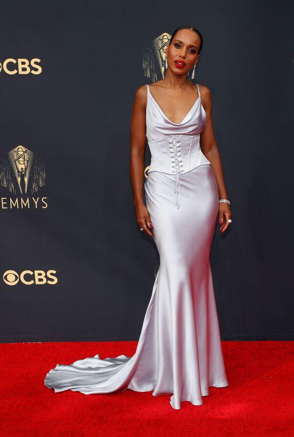 Керри Вашингтон тоже предпочла классику, но обтягивающее серебристое платье позволяло разглядеть все изгибы фигуры. - Sputnik Таджикистан