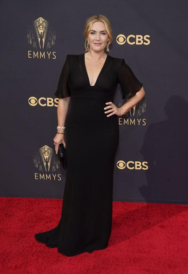 """Кейт Уинслет пришла на """"Эмми"""" в классическом черном платье с глубочайшим декольте. С сумочкой наперевес она пришла за наградой и ушла не с пустыми руками. - Sputnik Таджикистан"""