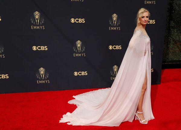 Актриса Бет Берс тоже пришла в белой свободной тунике-платье, но с глубоким вырезом, позволяющим рассмотреть линию бедер. - Sputnik Таджикистан