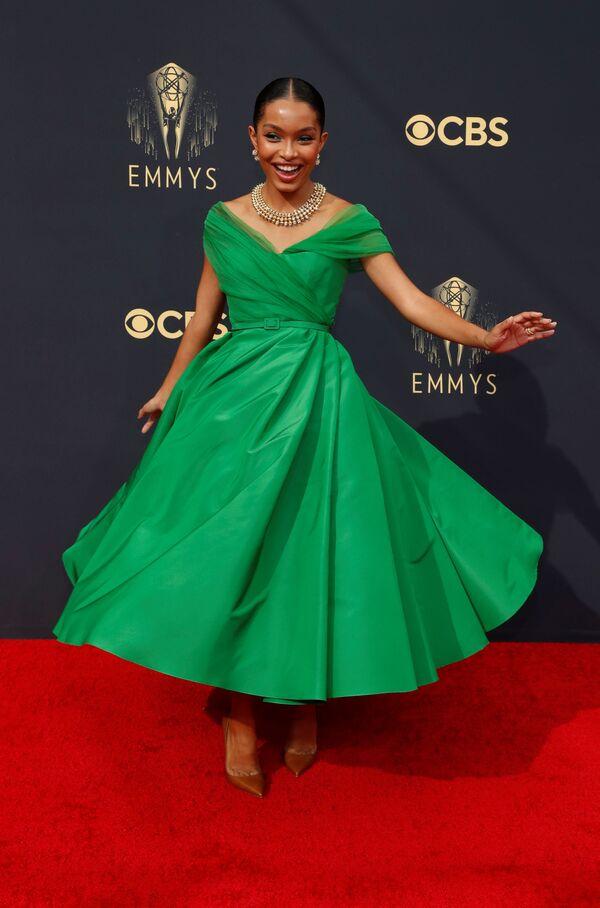 Яра Шахиди отметилась самым ярким цветом наряда, выделяясь зеленым платьем средней длины, как у американских модниц на танцах. - Sputnik Таджикистан