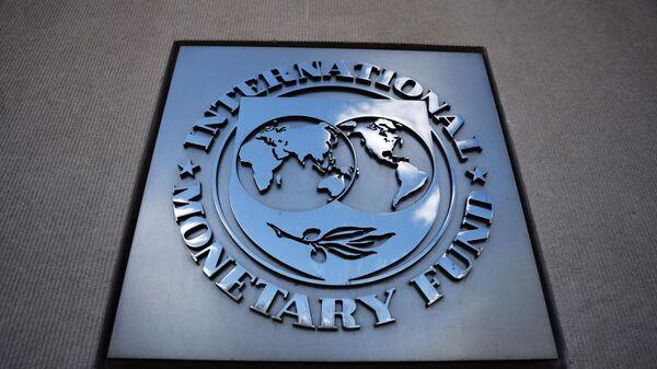 Табличка с логотипом Международного валютного фонда на стене здания МВФ. - Sputnik Тоҷикистон