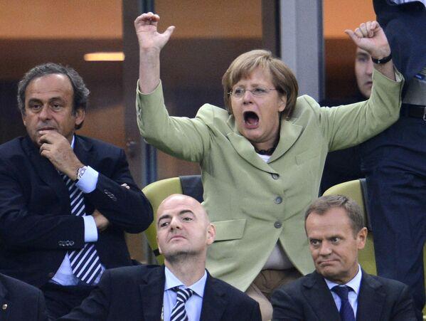 Канцлер Германии Ангела Меркель эмоционально празднует забитый гол на чемпионате Европы по футболу в матче Германии и Греции 22 июня 2012 года. - Sputnik Таджикистан