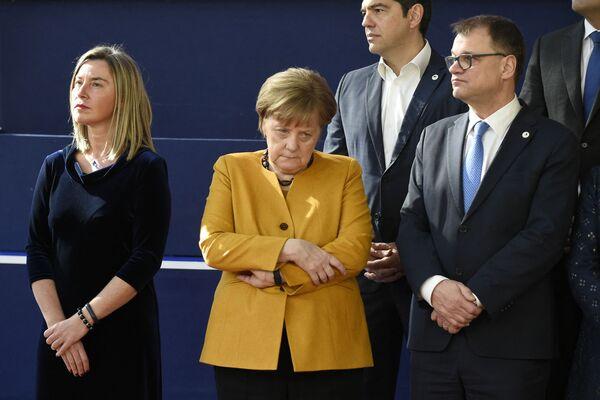 Верховный представитель ЕС по иностранным делам и политике безопасности Федерика Могерини, канцлер Германии Ангела Меркель, премьер-министр Греции Алексис Ципрас и премьер-министр Финляндии Юха Сипила позируют для общего фото 22 марта 2019 года в Брюсселе в завершение саммита ЕС. - Sputnik Таджикистан