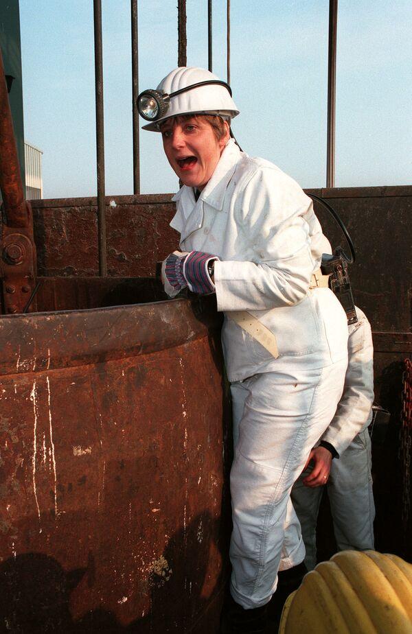 Ангела Меркель, будучи федеральным министром окружающей среды, поднялась на конвейерную корзину в хранилище Горлебен. 23 марта 1995 года. - Sputnik Таджикистан