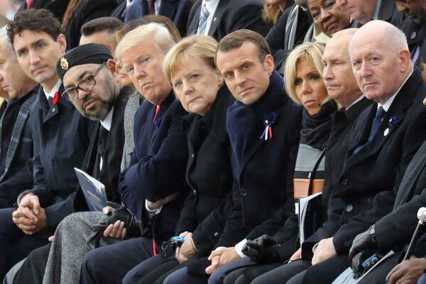 Ангела Меркель с мировыми лидерами на церемонии у Триумфальной арки в Париже 11 ноября 2018 года. - Sputnik Таджикистан