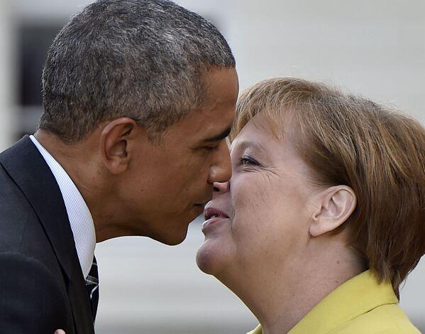 Канцлер Германии Ангела Меркель приветствует президента США Барака Обаму во дворце Херренхаус в Ганновере во время его официального визита в Германию. 24 апреля 2016 года. - Sputnik Таджикистан