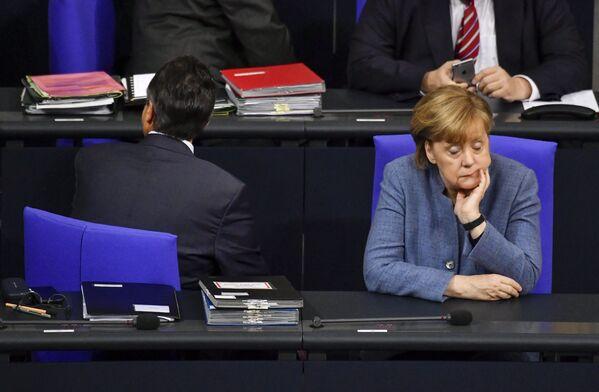 Канцлер Германии Ангела Меркель и вице-канцлер Германии и министр иностранных дел Зигмар Габриэль в ходе участия в пленарном заседании в Бундестаге 12 декабря 2017 года. - Sputnik Таджикистан