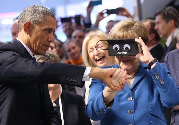 Канцлер Германии Ангела Меркель рядом с президентом США Бараком Обамой во время их посещения Ганноверской промышленной ярмарки. 25 апреля 2016 года. - Sputnik Таджикистан