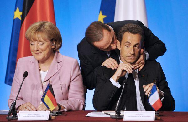 Президент Франции Николя Саркози вместе с канцлером Германии Ангелой Меркель слушает премьер-министра Италии Сильвио Берлускони. 4 октября 2008 года. - Sputnik Таджикистан