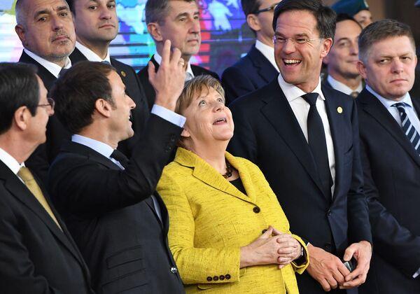 Президент Кипра Никос Анастасиадис, президент Франции Эммануэль Макрон, канцлер Германии Ангела Меркель, премьер-министр Нидерландов Марк Рютте и премьер-министр Словакии Роберт Фицо на церемонии сотрудничества постоянных структур (PESCO) в Брюсселе 14 декабря 2017 года. - Sputnik Таджикистан