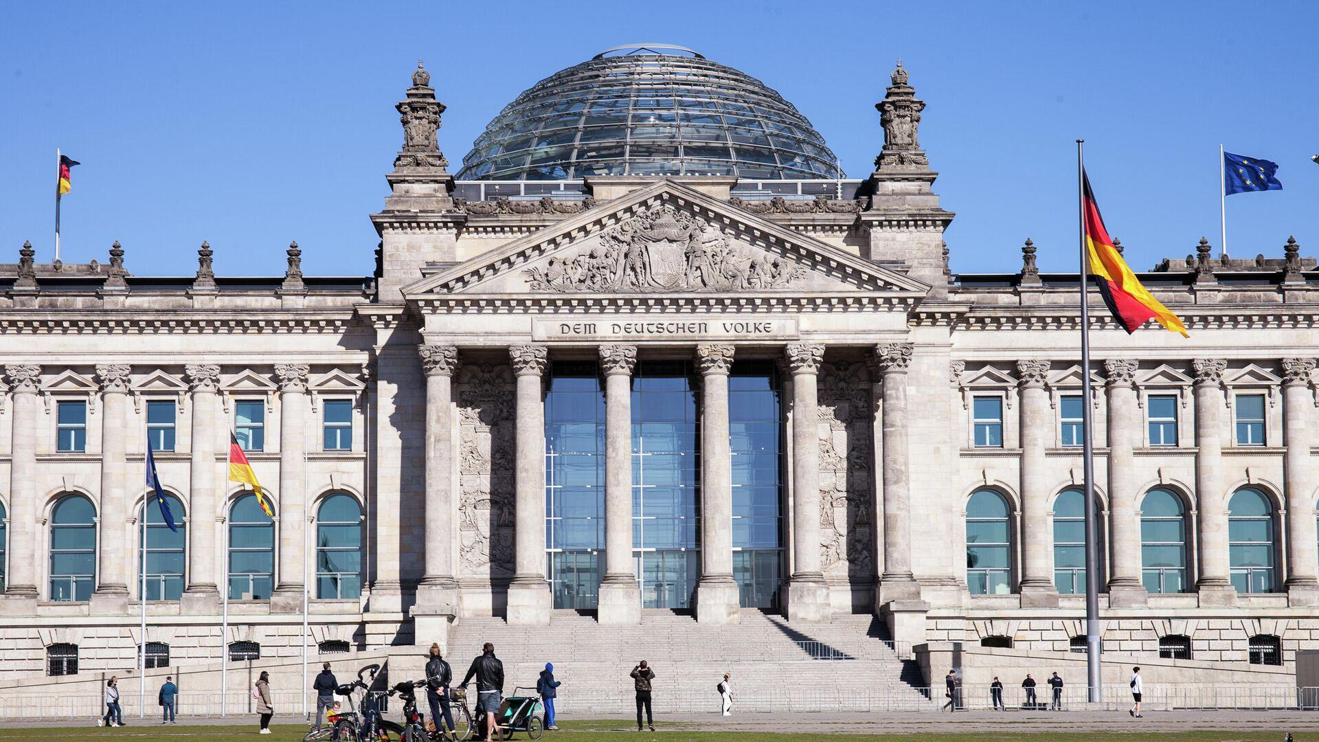 Историческое здание Рейхстага в центре Берлина. В реконструированном здании рейхстага размещается Германский бундестаг (парламент). - Sputnik Таджикистан, 1920, 23.09.2021