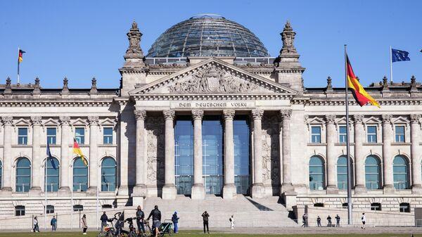 Историческое здание Рейхстага в центре Берлина. В реконструированном здании рейхстага размещается Германский бундестаг (парламент). - Sputnik Таджикистан