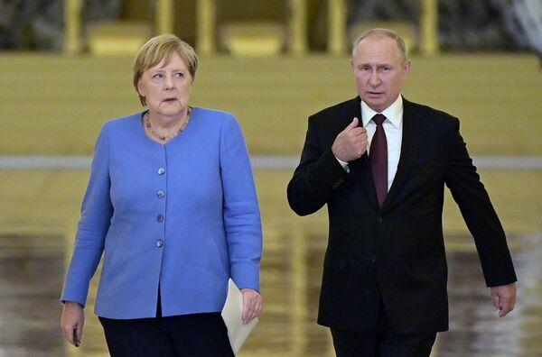 Одна из последних встреч Меркель на посту канцлера Германии - с президентом РФ Владимиром Путиным. 20 августа 2021-го. - Sputnik Таджикистан