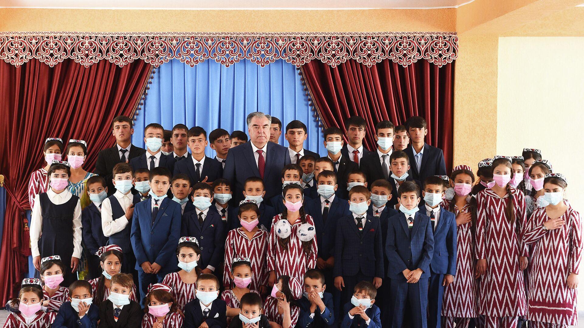 Президент Таджикистана Эмомали Рахмон встретился с сиротами Раштского района - Sputnik Таджикистан, 1920, 22.09.2021