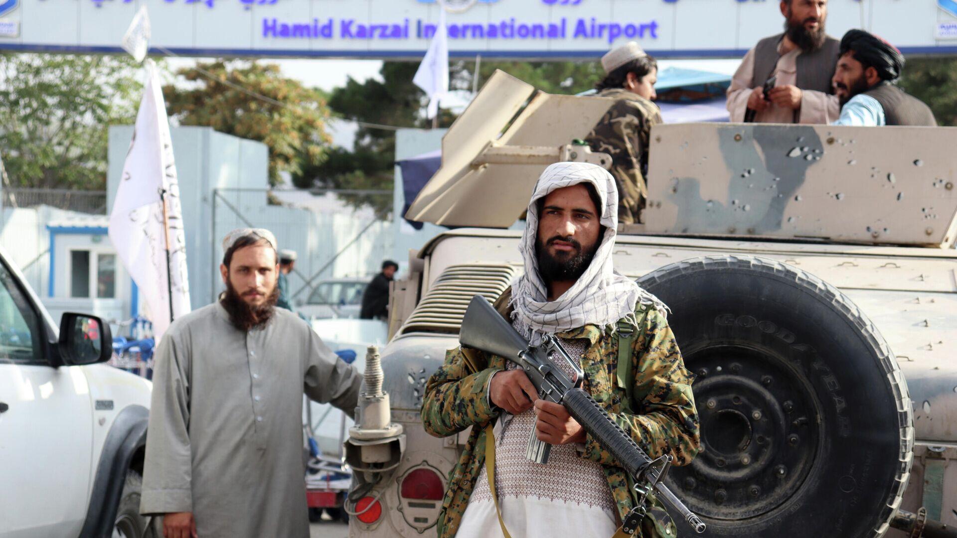 Боевики Талибана стоят на страже перед международным аэропортом Хамида Карзая после вывода американских войск в Кабуле - Sputnik Тоҷикистон, 1920, 01.10.2021