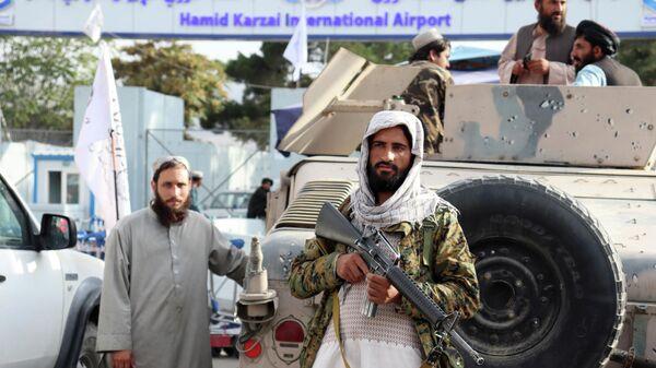 Боевики Талибана стоят на страже перед международным аэропортом Хамида Карзая после вывода американских войск в Кабуле - Sputnik Тоҷикистон