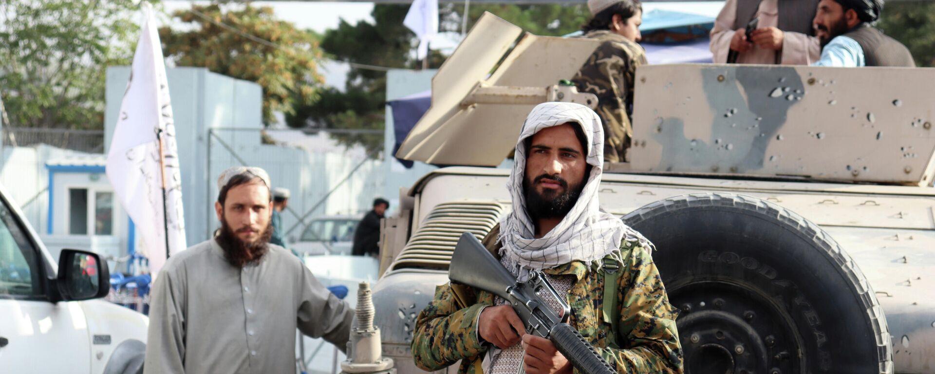 Боевики Талибана стоят на страже перед международным аэропортом Хамида Карзая после вывода американских войск в Кабуле - Sputnik Тоҷикистон, 1920, 08.10.2021