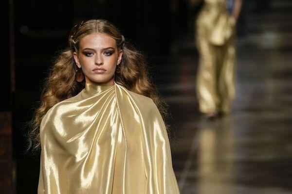 Золото - это необязательно шик и лоск, но и стильное обтекающее одеяние от Fendi. - Sputnik Таджикистан