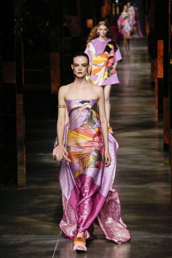 Легкие платья весенне-летней коллекции буквально облегают тело моделей. - Sputnik Таджикистан