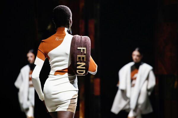 Даже простое белое платье можно украсить так, что оно превращается в боевой наряд. - Sputnik Таджикистан