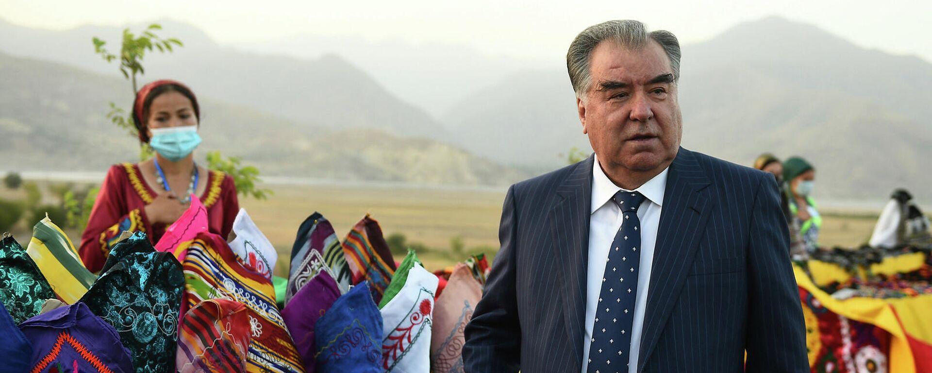 Президент Таджикистана Эмомали Рахмон во время рабочей поездки по регионам Таджикистана  - Sputnik Тоҷикистон, 1920, 03.10.2021