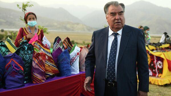 Президент Таджикистана Эмомали Рахмон во время рабочей поездки по регионам Таджикистана  - Sputnik Тоҷикистон