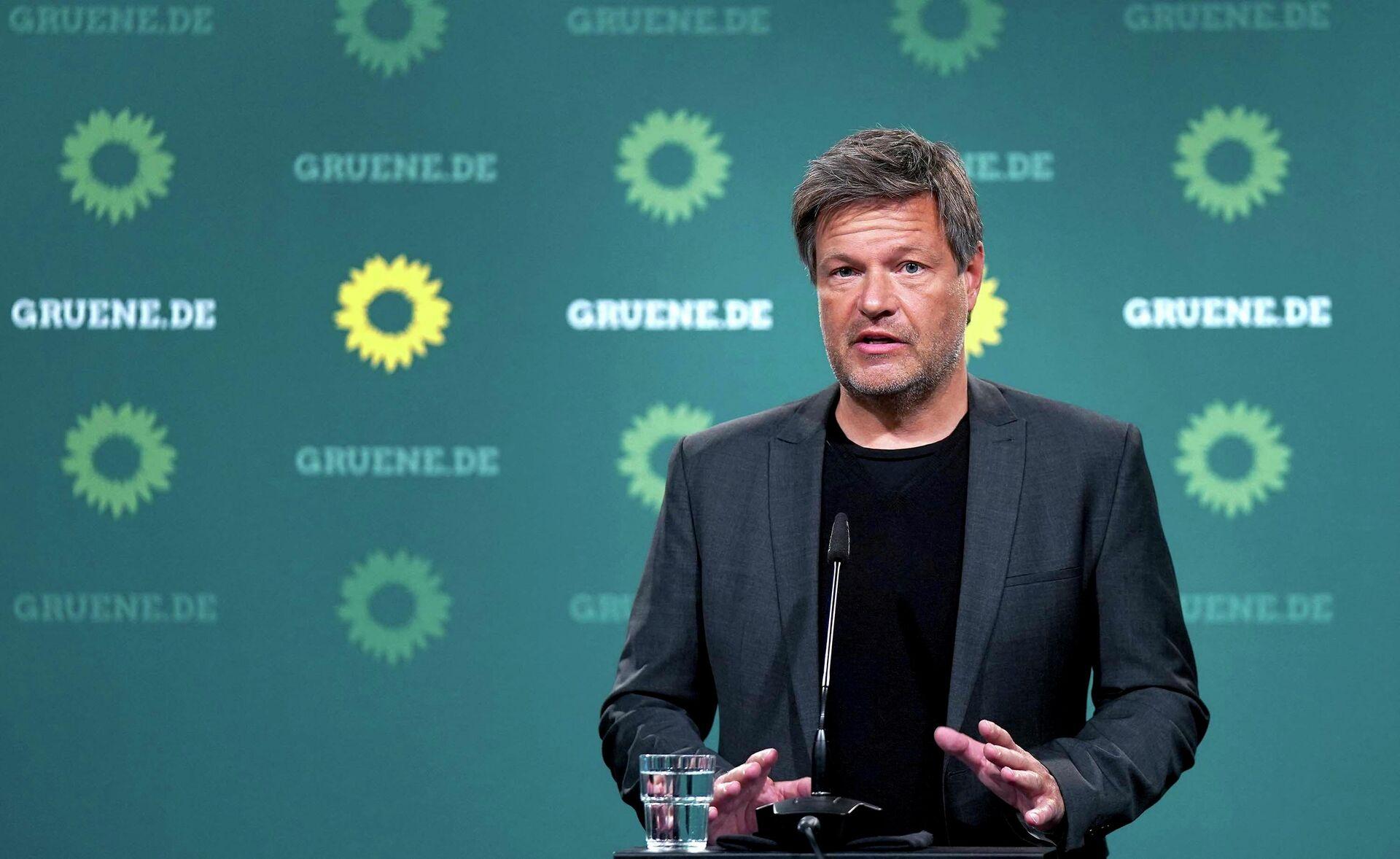 Роберт Хабек, сопредседатель Партии зеленых Германии, обращается к средствам массовой информации - Sputnik Таджикистан, 1920, 23.09.2021