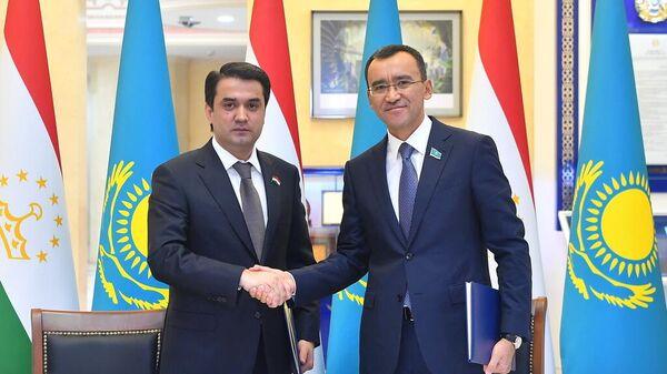 Спикер Сената Маулен Ашимбаев встретился с Председателем Маджлиси милли Маджлиси Оли Республики Таджикистан Рустам Эмомал - Sputnik Таджикистан