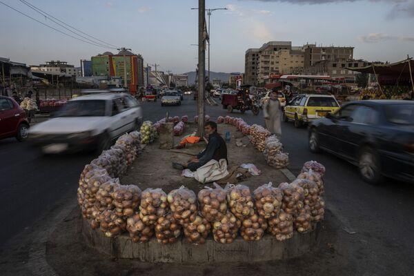 Афганец продает овощи и фрукты посреди дороги в Кабуле. - Sputnik Таджикистан