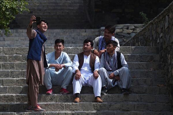 Молодые мужчины делают селфи в саду Баг-и-Бабур в Кабуле. - Sputnik Таджикистан