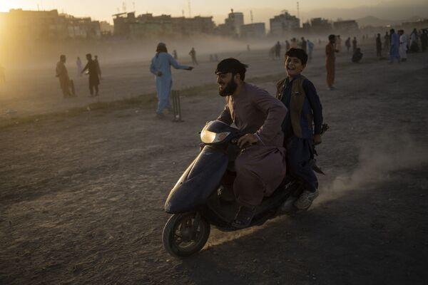Афганцы катаются на скутере в парке Чаман-э-Хозари. - Sputnik Таджикистан