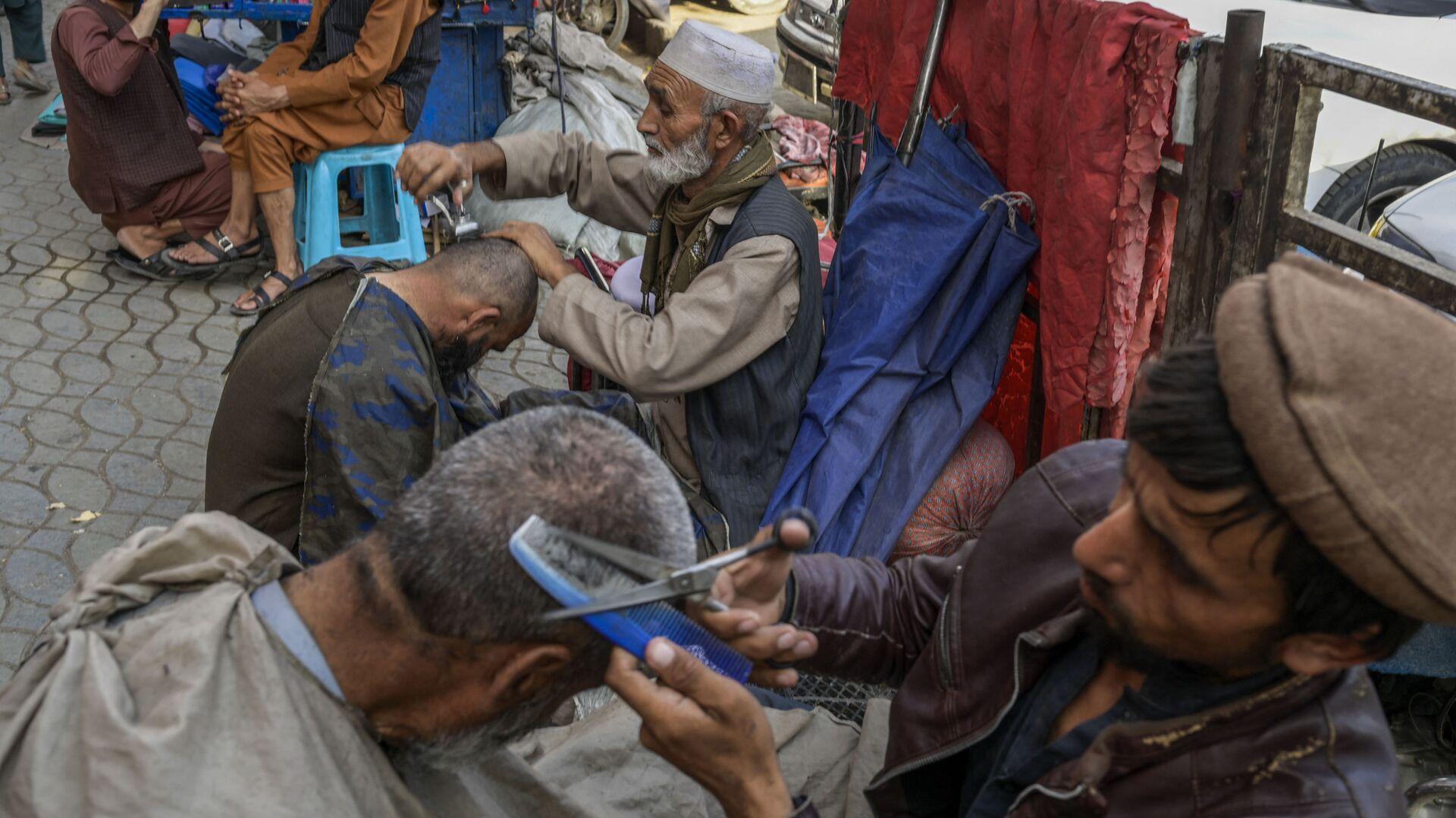 Уличные барберы с клиентами в Кабуле - Sputnik Тоҷикистон, 1920, 28.09.2021