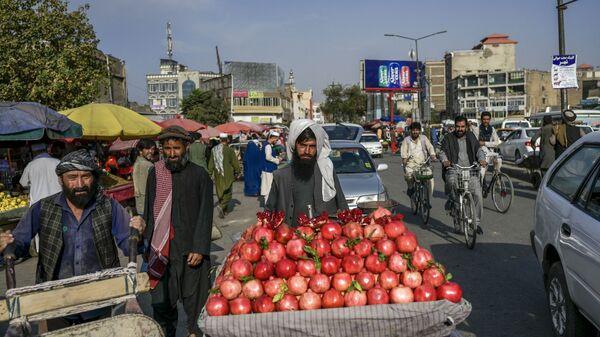 Продавец гранатов на рынке в Кабуле - Sputnik Таджикистан