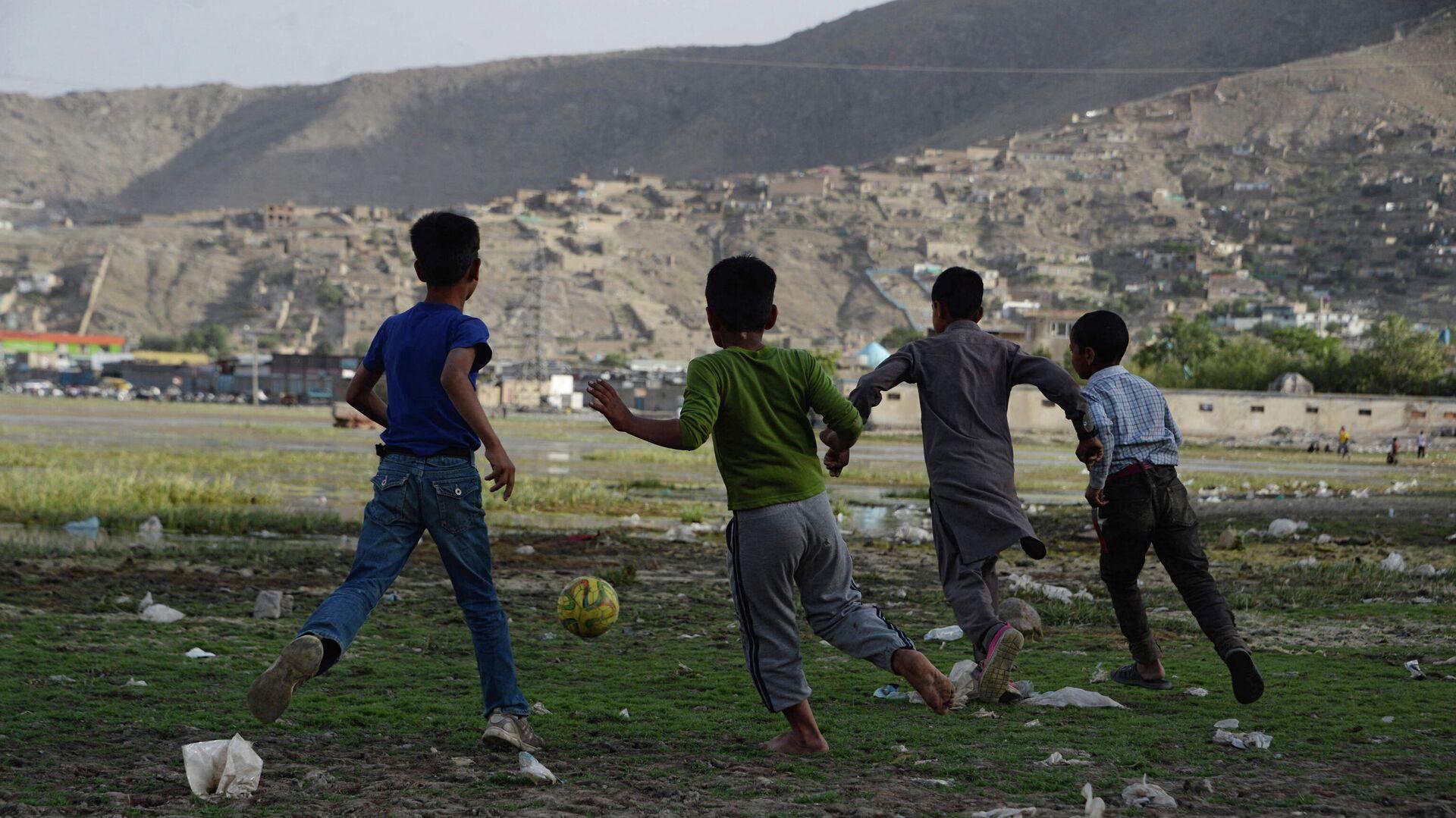 Афганские дети играют в футбол на поле в Кабуле, архивное фото - Sputnik Таджикистан, 1920, 24.09.2021