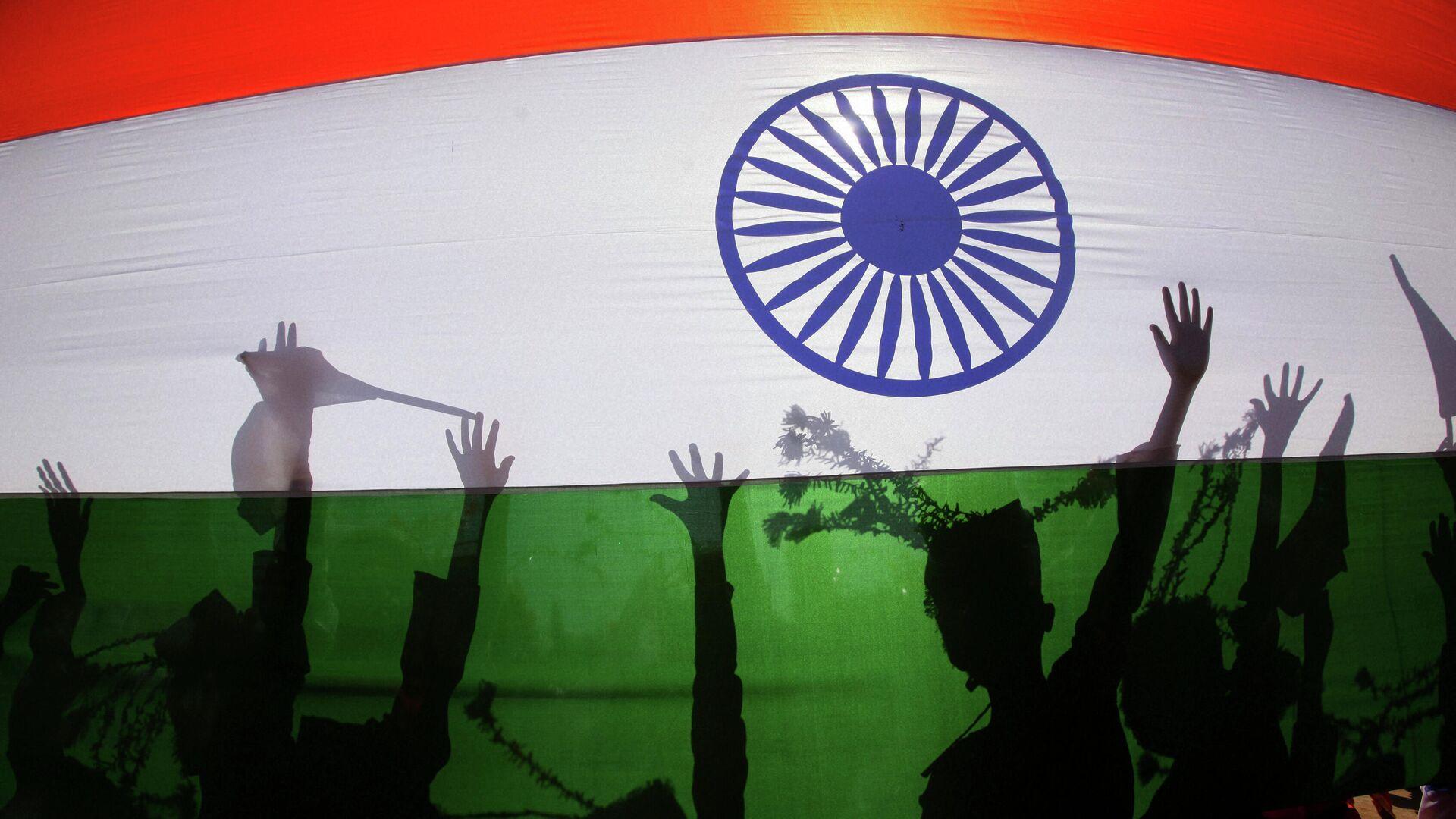 Силуэты людей на фоне национального флага Индии - Sputnik Таджикистан, 1920, 24.09.2021