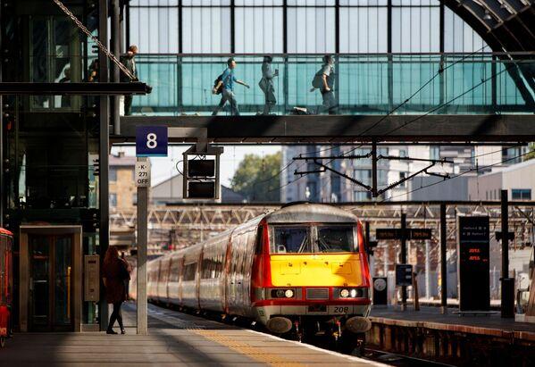 """Лондонский железнодорожный вокзал Кингс-Кросс в северо-восточной части стал одним из """"героев"""" в романе Джоан Роулинг. Именно на нем между платформами 9 и 10 есть потайной проход на волшебную платформу, от которой отходит экспресс в Хогвартс. - Sputnik Таджикистан"""