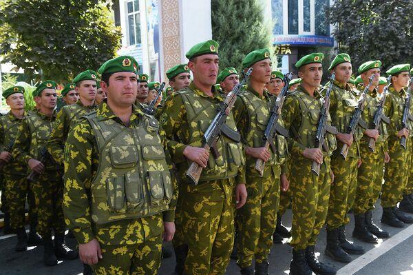 Военный парад был проведен в ходе рабочего визита в Дарвозский район. - Sputnik Таджикистан