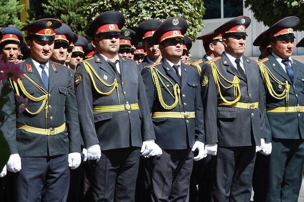 Среди принявших участие в параде - и высшие чины и рядовые. - Sputnik Таджикистан