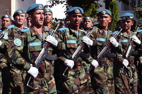 Маршем перед президентом прошли подразделения ВДВ. - Sputnik Таджикистан