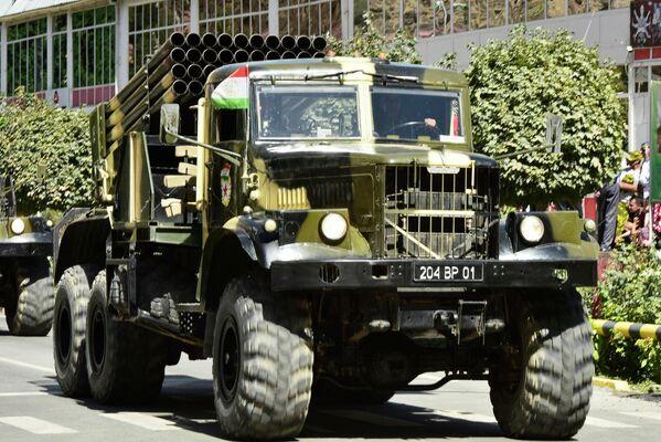 В параде показали и артиллерию, которой хоть и порядочно лет, но своей боеспособности она не теряет. - Sputnik Таджикистан