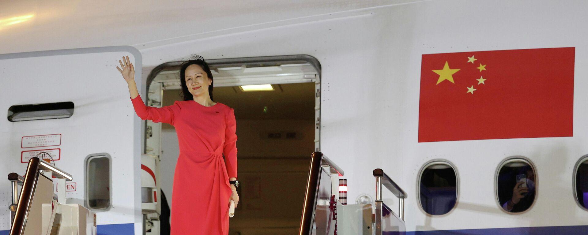 Финансовый директор Huawei Мэн Ваньчжоу выходит из самолета в аэропорту города Шэньчжэнь - Sputnik Таджикистан, 1920, 28.09.2021