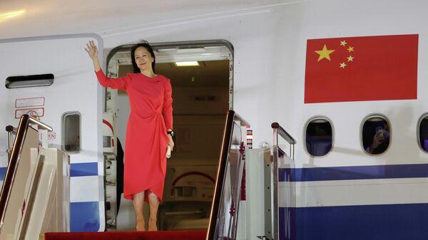 Финансовый директор Huawei Мэн Ваньчжоу выходит из самолета в аэропорту города Шэньчжэнь - Sputnik Таджикистан