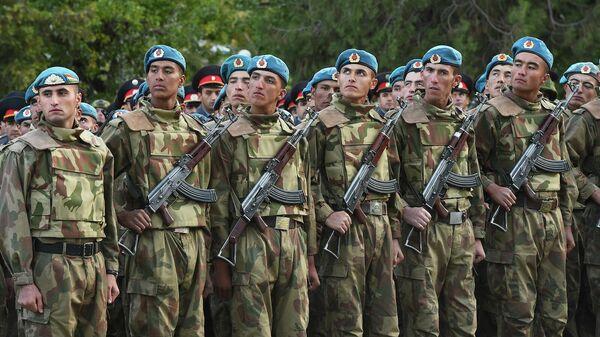 Таджикские военные на параде  - Sputnik Тоҷикистон
