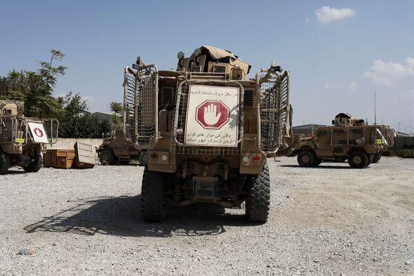 """Техника, оставленная США, навряд ли перейдет """"Талибану""""* в наследство - почти все автомобили безнадежно испорчены. - Sputnik Таджикистан"""