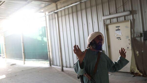 Боевики Талибана* на бывшей американской авиабазе Баграм в Парване, Афганистан - Sputnik Тоҷикистон